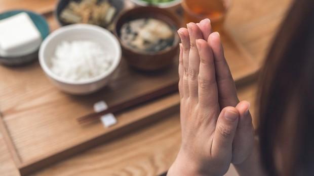 Tục nói Itadakimasu trước khi ăn của người Nhật: Một chữ cảm ơn, cả trời ý nghĩa - Ảnh 1.