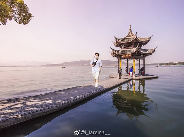 """Góc quá đáng thực sự: cựu thành viên Wanna One đăng hình đi chơi ngày mưa bão, fan chế ảnh cho anh """"catwalk"""" khắp thế giới luôn! - Ảnh 6."""