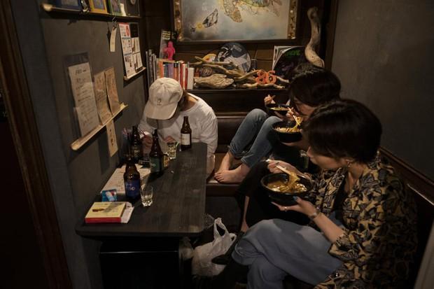 Phố cổ hoàng kim của Tokyo: Nơi 300 nhà hàng cùng nhau trốn thế giới hiện đại, chen chúc trong diện tích bằng nửa sân bóng - Ảnh 7.