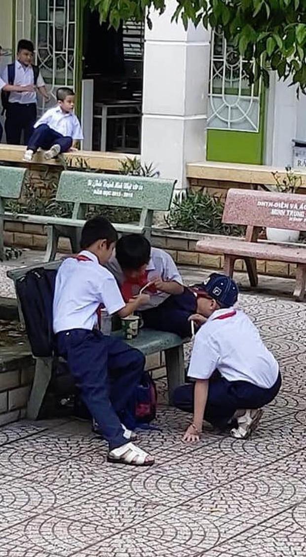 Khoảnh khắc đáng yêu nhất ngày: 3 cậu học sinh chia nhau ly mỳ ở ghế đá, tình anh em chí cốt đẹp đến thế là cùng - Ảnh 1.