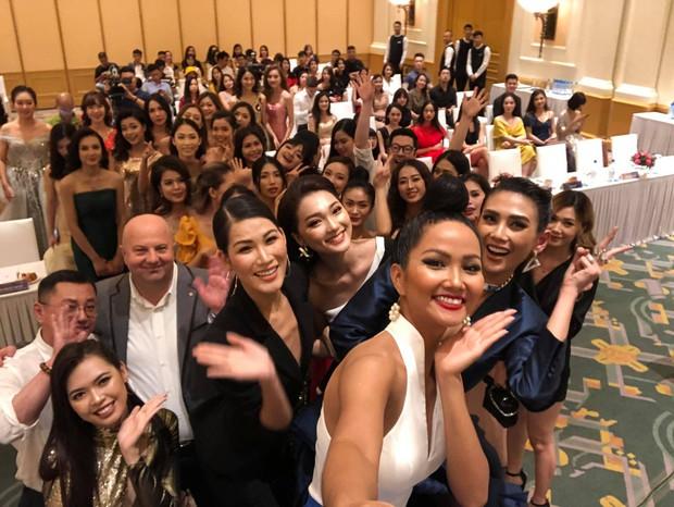 Võ Hoàng Yến, HHen Niê mỗi người một vẻ, cùng tái hiện màn giới thiệu đỉnh cao hô vang hai tiếng Việt Nam tại Miss Universe - Ảnh 7.