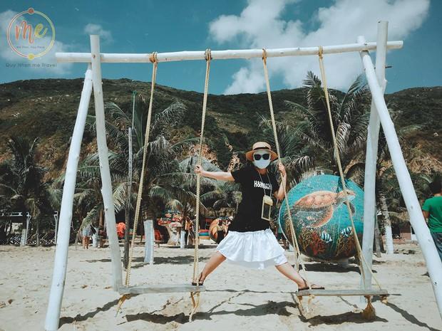 Về vùng biển vắng mà lại sợ cháy nắng, cô bạn tính hay cho ra đời bộ ảnh du lịch theo phong cách ninja khiến dân tình cười xỉu! - Ảnh 1.