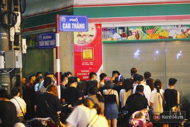 Hết hồn cảnh xếp hàng dài cả km lúc 3h sáng để chờ mua bánh mì dân tổ ở Hà Nội - Ảnh 4.