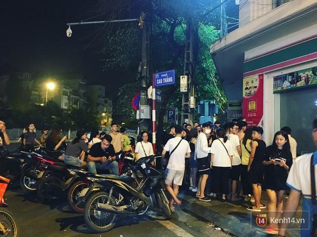 Hết hồn cảnh xếp hàng dài cả km lúc 3h sáng để chờ mua bánh mì dân tổ ở Hà Nội - Ảnh 5.