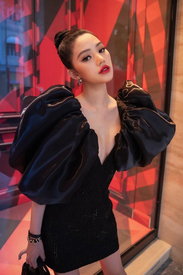 Cú đụng hàng giữa Tóc Tiên và Jolie Nguyễn như minh chứng: Cứ trẻ hơn chưa chắc đã mặc đẹp hơn - Ảnh 1.