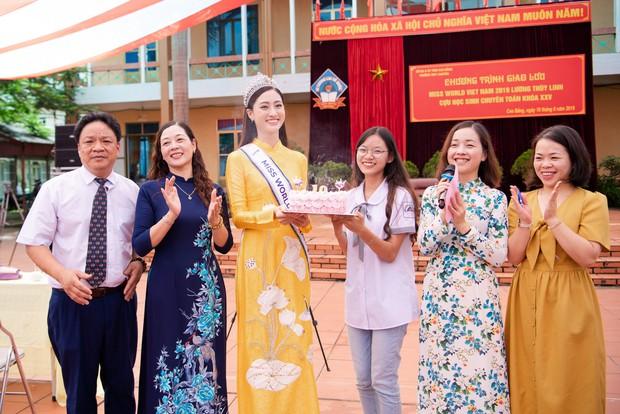 Tân Hoa hậu Lương Thùy Linh diện áo dài nền nã, đẹp rạng ngời trong ngày về thăm trường cũ - Ảnh 9.