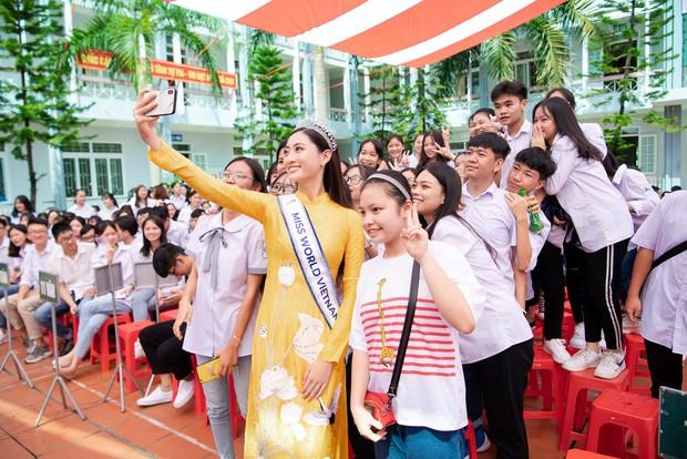 Tân Hoa hậu Lương Thùy Linh diện áo dài nền nã, đẹp rạng ngời trong ngày về thăm trường cũ - Ảnh 8.