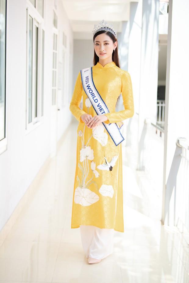Tân Hoa hậu Lương Thùy Linh diện áo dài nền nã, đẹp rạng ngời trong ngày về thăm trường cũ - Ảnh 1.