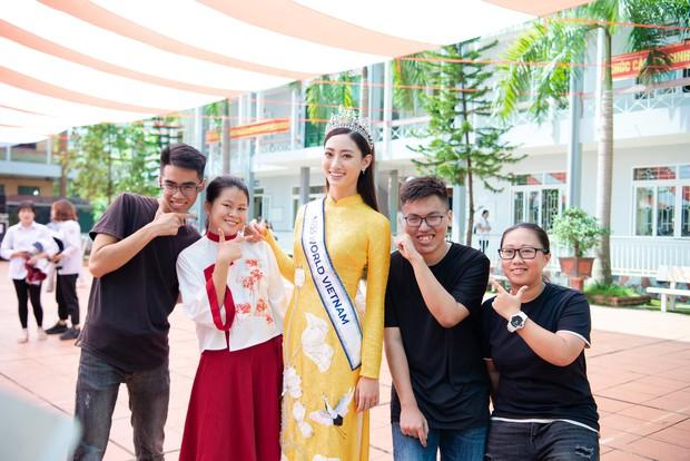 Tân Hoa hậu Lương Thùy Linh diện áo dài nền nã, đẹp rạng ngời trong ngày về thăm trường cũ - Ảnh 6.