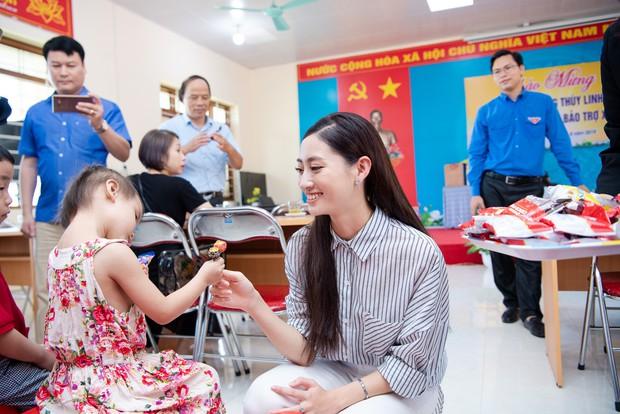 Tân Hoa hậu Lương Thùy Linh diện áo dài nền nã, đẹp rạng ngời trong ngày về thăm trường cũ - Ảnh 14.