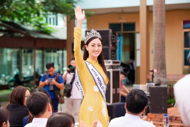 Tân Hoa hậu Lương Thùy Linh diện áo dài nền nã, đẹp rạng ngời trong ngày về thăm trường cũ - Ảnh 2.