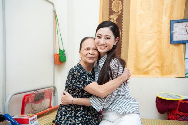 Tân Hoa hậu Lương Thùy Linh diện áo dài nền nã, đẹp rạng ngời trong ngày về thăm trường cũ - Ảnh 12.