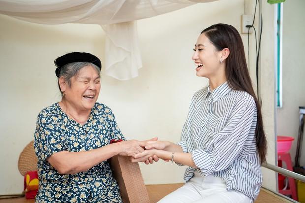 Tân Hoa hậu Lương Thùy Linh diện áo dài nền nã, đẹp rạng ngời trong ngày về thăm trường cũ - Ảnh 11.
