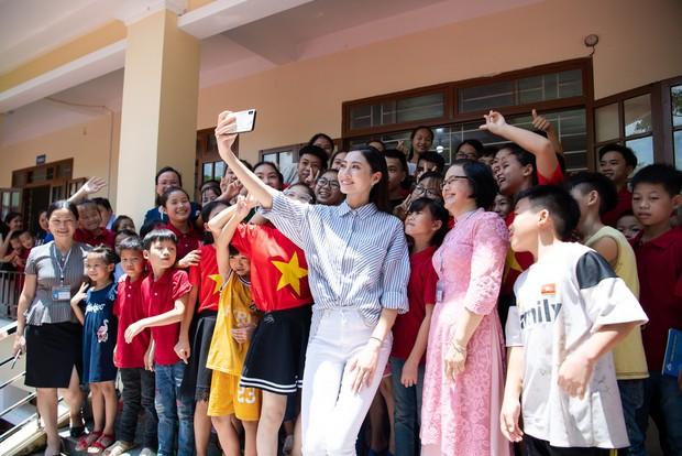Tân Hoa hậu Lương Thùy Linh diện áo dài nền nã, đẹp rạng ngời trong ngày về thăm trường cũ - Ảnh 10.