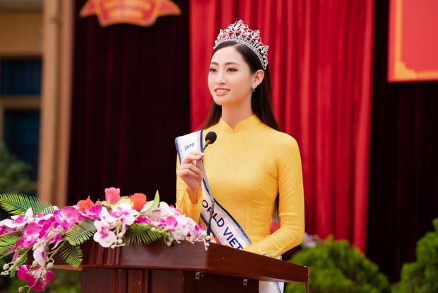 Tân Hoa hậu Lương Thùy Linh diện áo dài nền nã, đẹp rạng ngời trong ngày về thăm trường cũ - Ảnh 5.