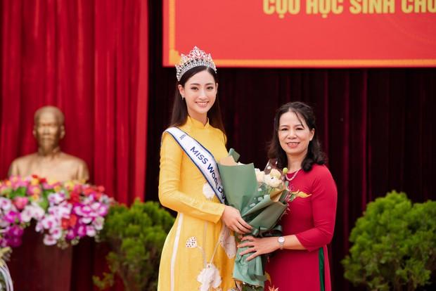 Tân Hoa hậu Lương Thùy Linh diện áo dài nền nã, đẹp rạng ngời trong ngày về thăm trường cũ - Ảnh 4.