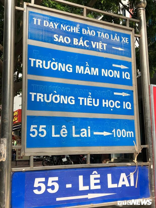 Trường Mầm non quốc tế IQ và Tiểu học quốc tế IQ (địa chỉ số 55, Lê Lai, Hà Đông, Hà Nội) cũng mới dán lại biển chỉ dẫn tên trường và bỏ hoàn toàn danh xưng quốc tế.