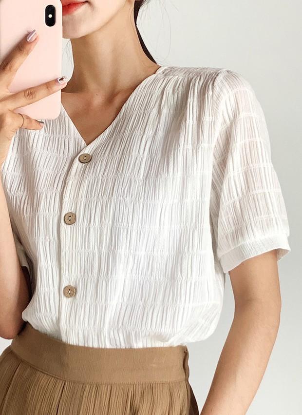 Chỉ bằng cách chọn thiết kế cổ áo thông minh, bạn đã khắc phục được ngon ơ nhược điểm vóc dáng - Ảnh 10.