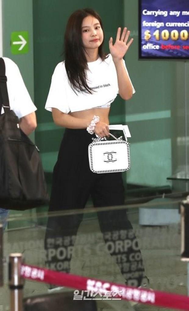 """""""Tay xách nách mang"""" túi lớn nhỏ ra sân bay, Jennie chẳng khác nào chúng ta mỗi lần đi du lịch mà như đi buôn vậy! - Ảnh 1."""
