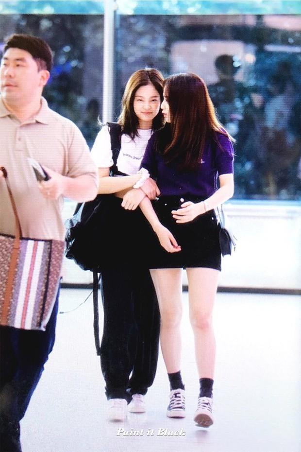 """""""Tay xách nách mang"""" túi lớn nhỏ ra sân bay, Jennie chẳng khác nào chúng ta mỗi lần đi du lịch mà như đi buôn vậy! - Ảnh 2."""
