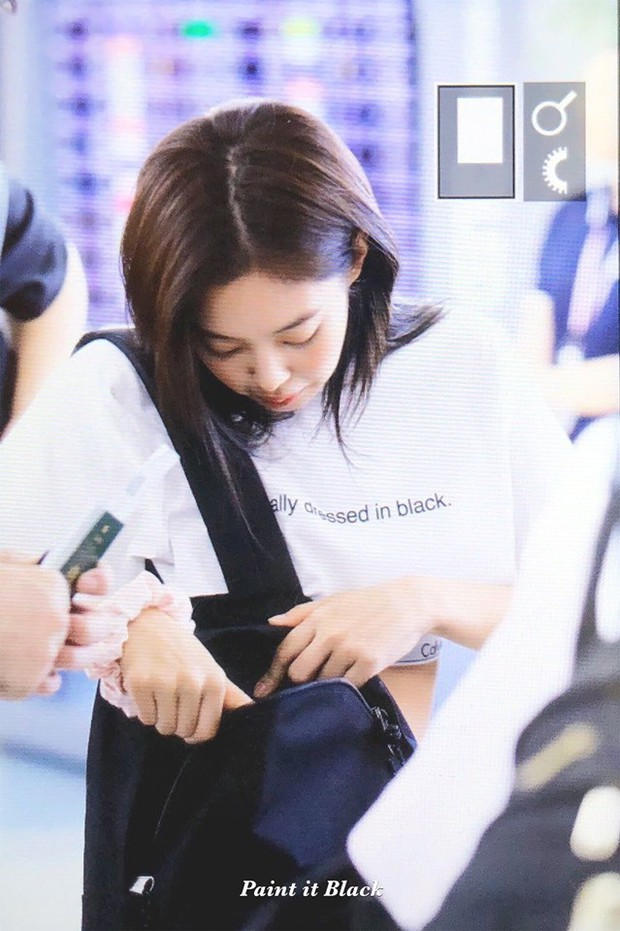 """""""Tay xách nách mang"""" túi lớn nhỏ ra sân bay, Jennie chẳng khác nào chúng ta mỗi lần đi du lịch mà như đi buôn vậy! - Ảnh 3."""