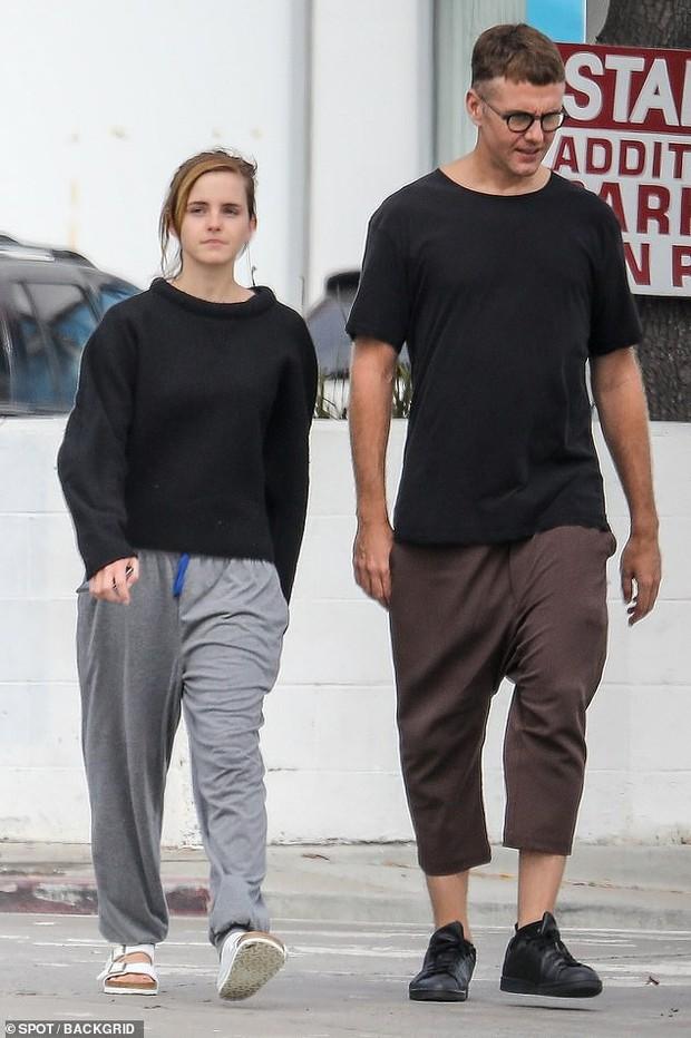 Emma Watson tự tin để mặt mộc dạo phố, nhan sắc lên hương sau thời gian dài xuống sắc gây chú ý lớn - Ảnh 1.