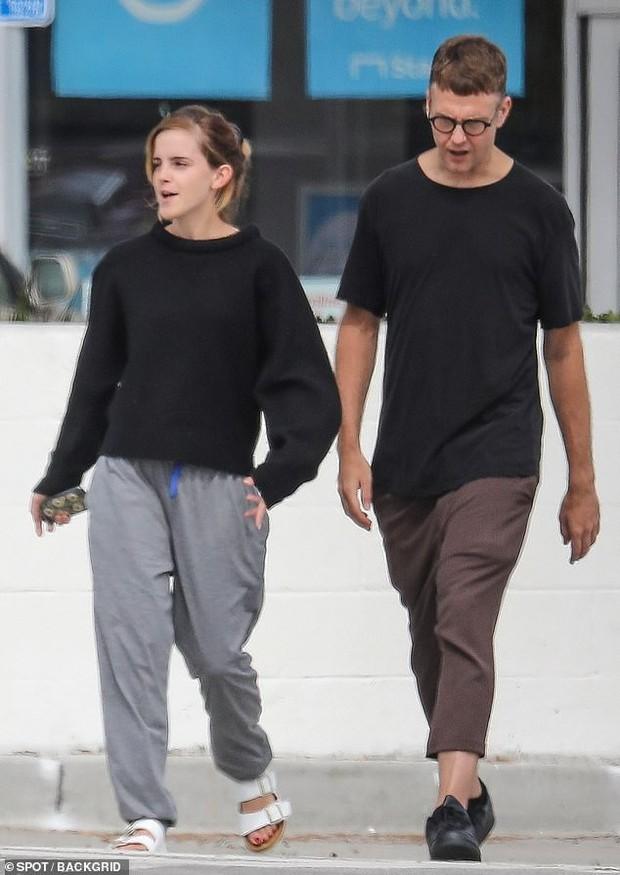 Emma Watson tự tin để mặt mộc dạo phố, nhan sắc lên hương sau thời gian dài xuống sắc gây chú ý lớn - Ảnh 2.