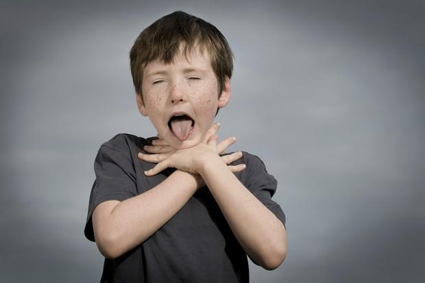 Thêm một trường hợp trẻ tử vong khi đang ăn, bạn đã nắm rõ cách sơ cứu trẻ bị hóc dị vật chưa? - Ảnh 2.