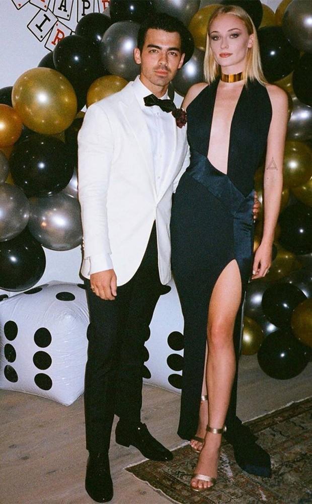 Không biết Joe Jonas sẽ nghĩ gì khi biết bà xã Sophie Turner diện lại váy 3 năm trước của tình cũ Taylor Swift? - Ảnh 2.