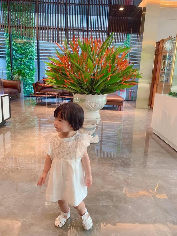Đặng Thu Thảo khoe con gái lớn phổng phao, thích thú khám phá nơi làm việc của ba là doanh nhân Trung Tín - Ảnh 2.