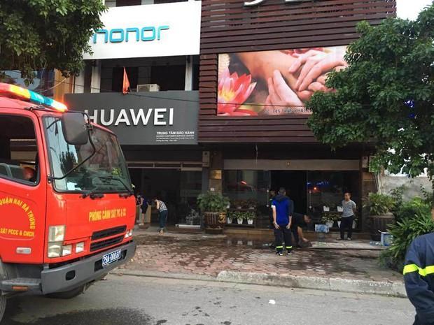 Hà Nội: Cháy quán massage, khách hốt hoảng tháo chạy - 2nh 2.