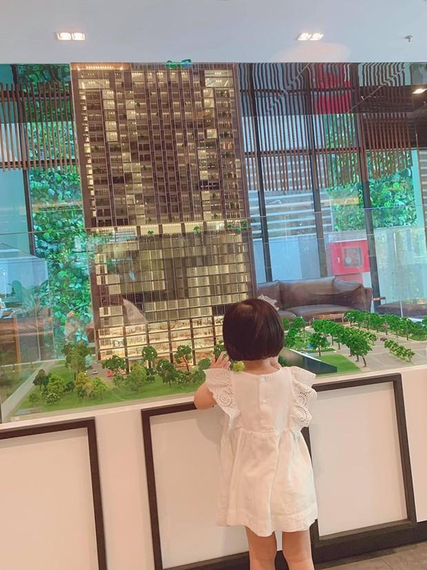 Đặng Thu Thảo khoe con gái lớn phổng phao, thích thú khám phá nơi làm việc của ba là doanh nhân Trung Tín - Ảnh 1.