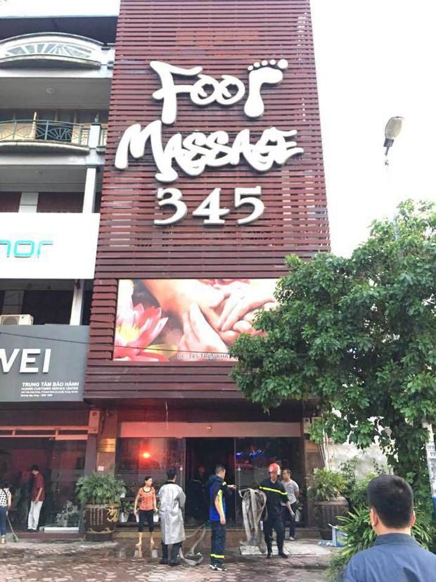 Hà Nội: Cháy quán massage, khách hốt hoảng tháo chạy - 1nh 1.