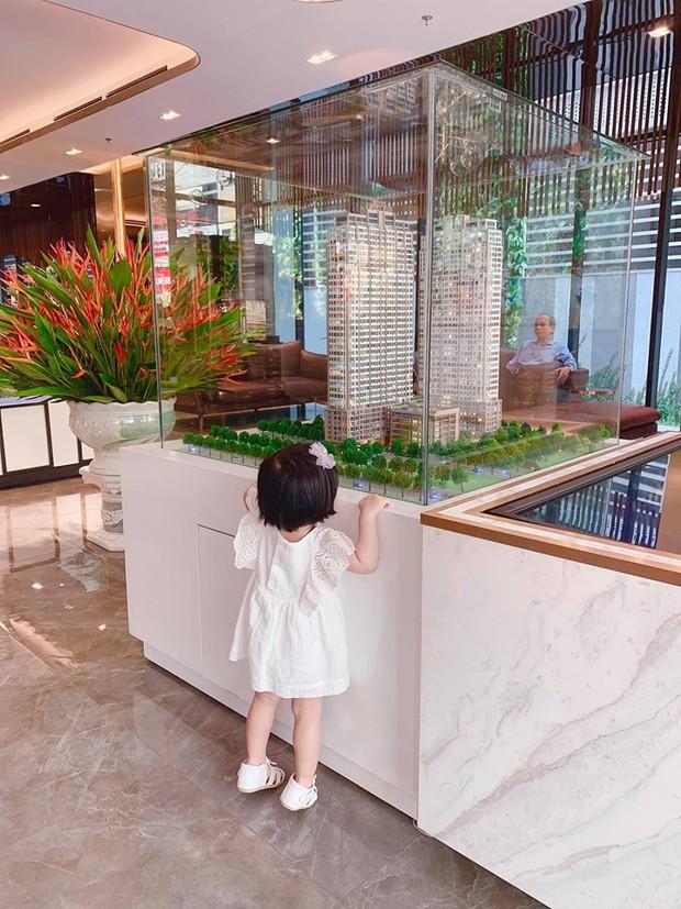 Đặng Thu Thảo khoe con gái lớn phổng phao, thích thú khám phá nơi làm việc của ba là doanh nhân Trung Tín - Ảnh 3.