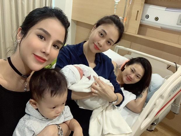 Khoe ảnh dành cả thanh xuân thăm hội bạn thân sinh em bé, Đàm Thu Trang khiến fan hối thúc: Bao giờ đến lượt chị? - Ảnh 1.