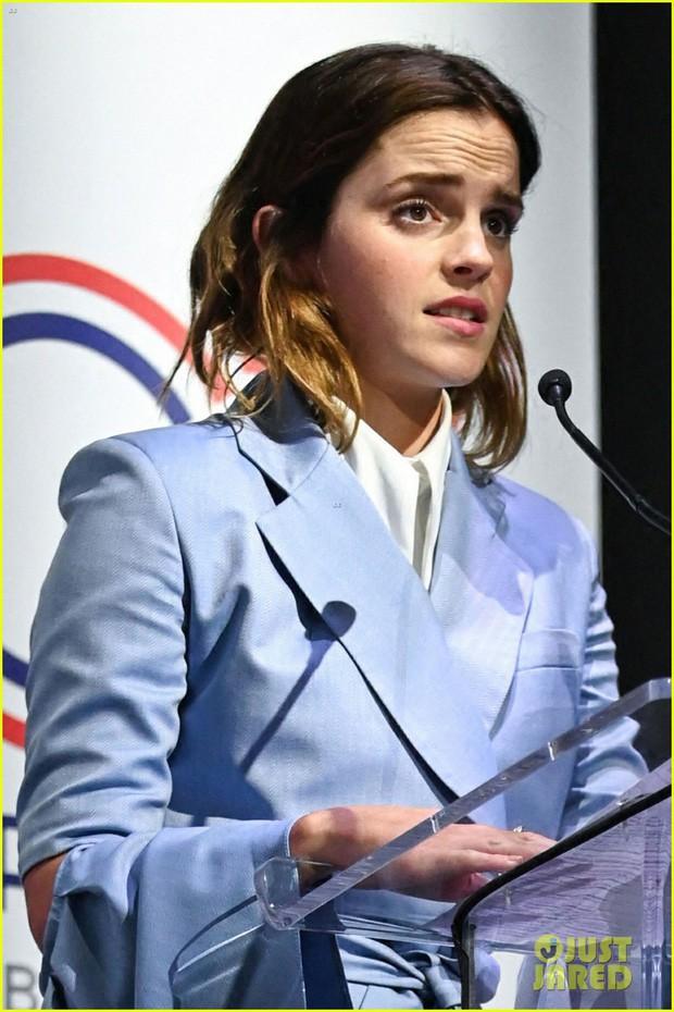 Emma Watson tự tin để mặt mộc dạo phố, nhan sắc lên hương sau thời gian dài xuống sắc gây chú ý lớn - Ảnh 5.