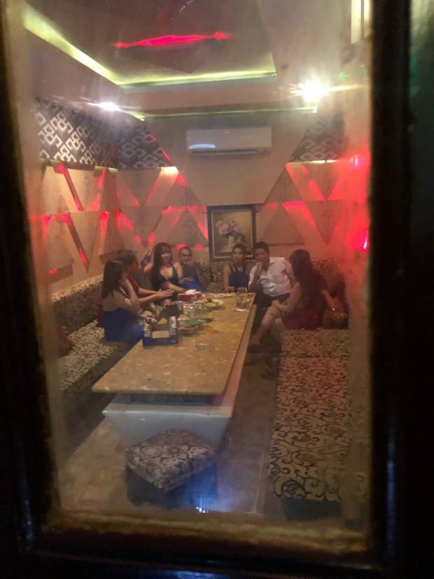 Tiếp viên ăn mặc hở hang phục vụ khách chơi ma tuý ở nhà hàng trung tâm Sài Gòn - Ảnh 1.