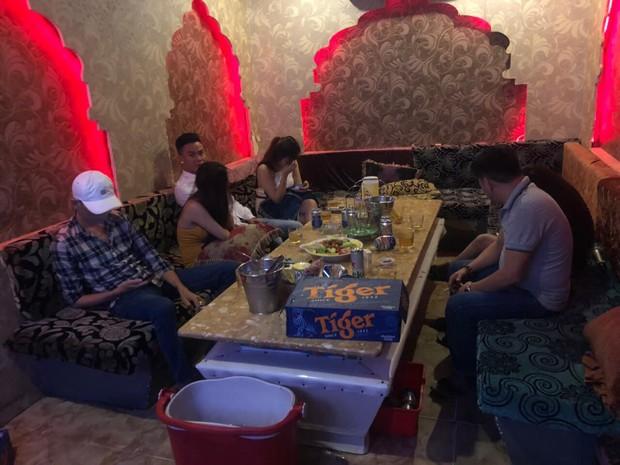 Tiếp viên ăn mặc hở hang phục vụ khách chơi ma tuý ở nhà hàng trung tâm Sài Gòn - Ảnh 2.