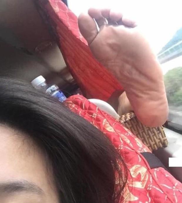 Ảnh kém sang: Nữ hành khách nằm ngửa trên ghế máy bay, khoe nguyên cặp giò về phía người ngồi cạnh - Ảnh 3.