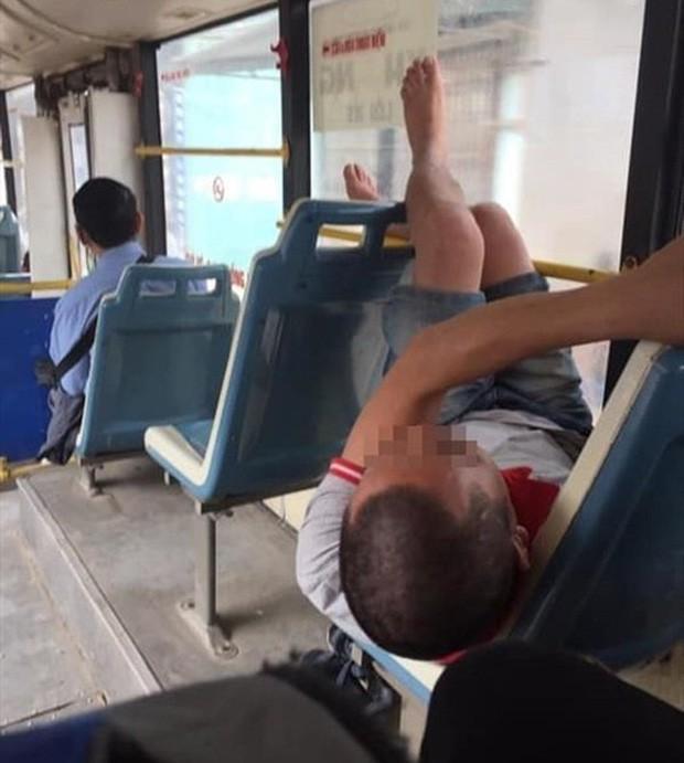 Ảnh kém sang: Nữ hành khách nằm ngửa trên ghế máy bay, khoe nguyên cặp giò về phía người ngồi cạnh - Ảnh 6.