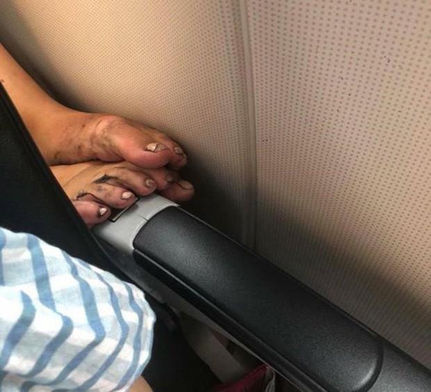 Ảnh kém sang: Nữ hành khách nằm ngửa trên ghế máy bay, khoe nguyên cặp giò về phía người ngồi cạnh - Ảnh 4.
