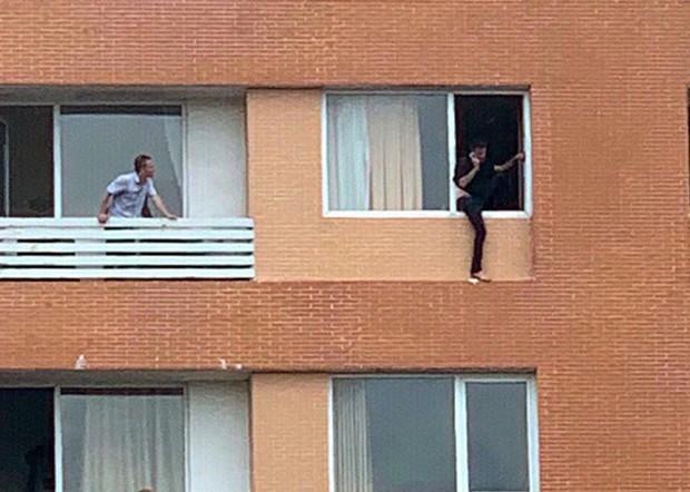 Giải cứu du khách người Pháp định nhảy lầu khách sạn tự tử - Ảnh 2.