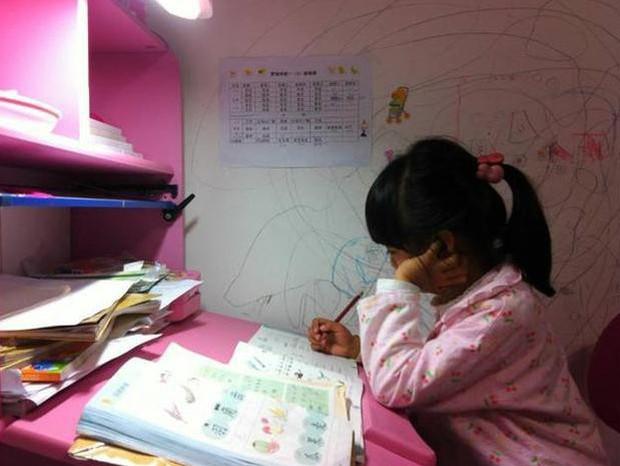 """Bị mẹ ép học dẫn đến tử vong, cô bé 8 tuổi để lại mẩu giấy: """"Mẹ ơi, con mệt quá. Con ngủ một lát mẹ nhé! - Ảnh 1."""