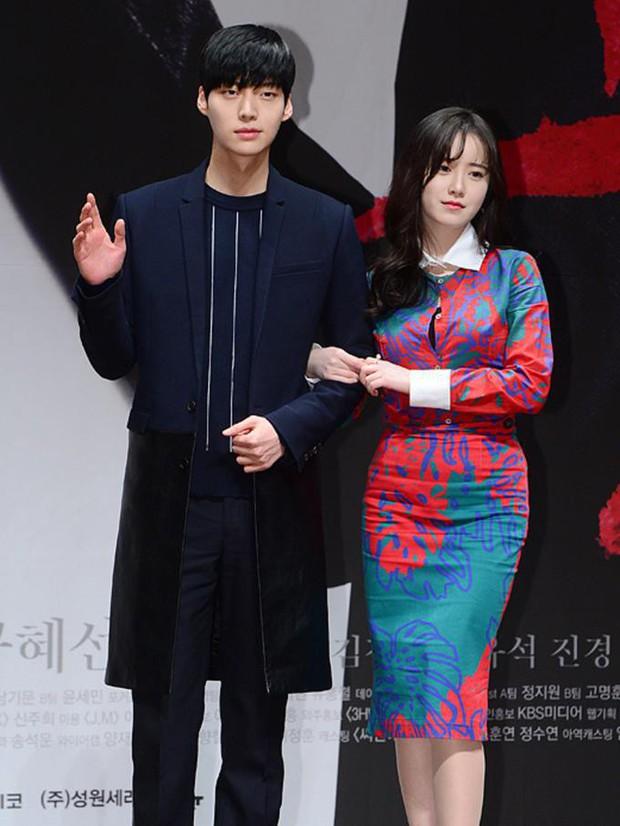 Gần như lần nào sánh bước bên nhau, Goo Hye Sun cũng ăn vận già hơn hẳn chồng trẻ, nới rộng thêm khoảng cách tuổi tác - Ảnh 1.
