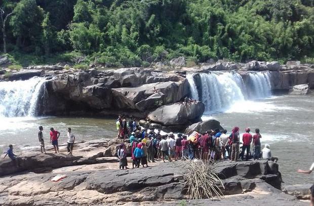 Tắm thác, 3 thanh niên bị nước cuốn mất tích - Ảnh 1.