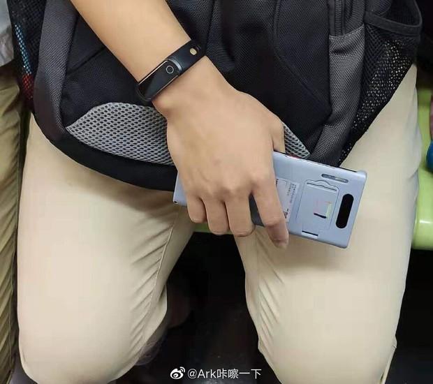 Huawei Mate 30 Pro lộ ảnh thực tế: Màn hình thác nước,cong cớn hơn cả smartphone Samsung - Ảnh 2.