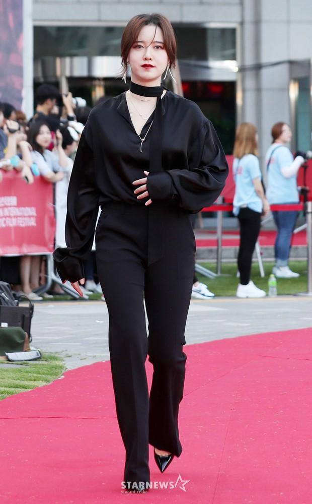 Gần như lần nào sánh bước bên nhau, Goo Hye Sun cũng ăn vận già hơn hẳn chồng trẻ, nới rộng thêm khoảng cách tuổi tác - Ảnh 6.