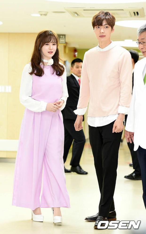 Gần như lần nào sánh bước bên nhau, Goo Hye Sun cũng ăn vận già hơn hẳn chồng trẻ, nới rộng thêm khoảng cách tuổi tác - Ảnh 3.