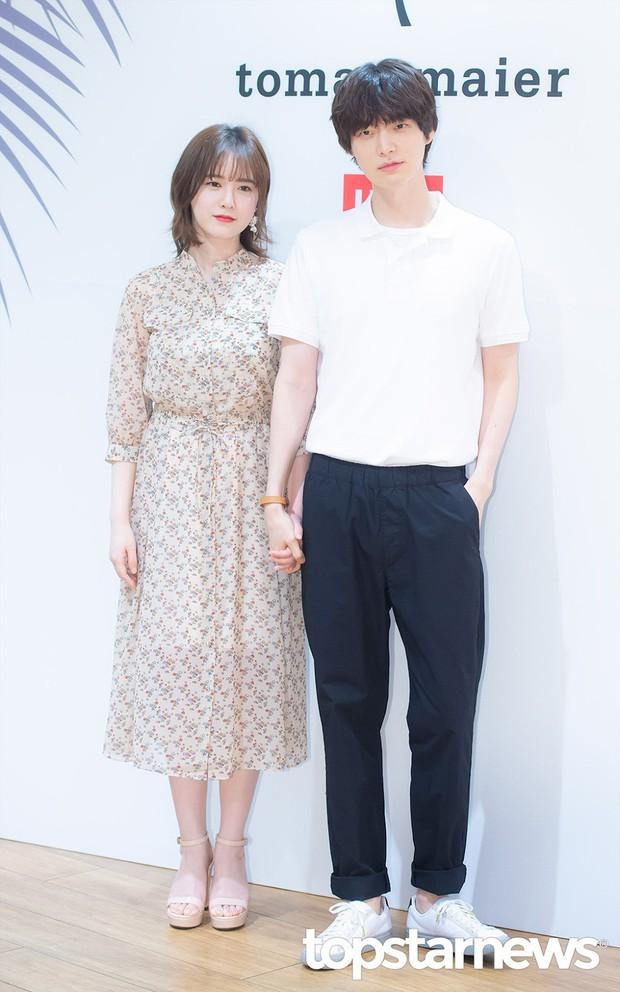 Gần như lần nào sánh bước bên nhau, Goo Hye Sun cũng ăn vận già hơn hẳn chồng trẻ, nới rộng thêm khoảng cách tuổi tác - Ảnh 5.