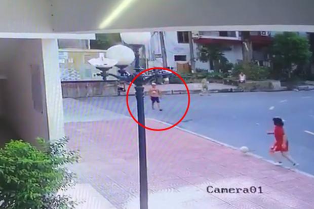 Clip: Bé trai chơi dưới lòng đường bị xe bán tải tông trúng, cuốn vào gầm rồi kéo lê nhiều mét - Ảnh 2.